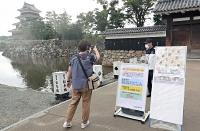 県の新型コロナ「集中対策期間」に合わせ、閉鎖された国宝松本城=3日午後2時19分、松本市