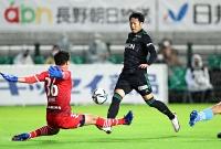 松本山雅―磐田 前半6分、相手GKと1対1になりながらもシュートを阻まれた松本山雅の伊藤
