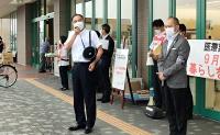 買い物客らに感染対策を呼び掛ける阿部知事(手前左)と臥雲市長(手前右)=4日、松本市渚