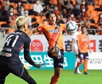 AC長野-岩手 後半、ゴールを狙い右足を伸ばすAC長野の三田