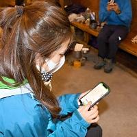 登山地図アプリで登山の記録を確認する平根さん=8月24日、北アルプスの涸沢ヒュッテ