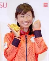 陸上女子マラソン(視覚障害T12)で金メダルを獲得し、記者会見でポーズをとる道下美里=6日、東京都内(代表撮影)