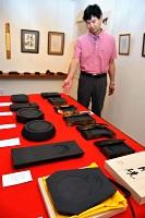 制作した龍渓硯を紹介する泉さん