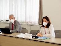 東京電力福島第1原発の処理水の海洋放出に関し、関係省庁と意見交換するIAEAのエブラール事務次長(右)=7日午前、経産省(経産省提供)