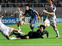 松本山雅―京都 前半11分、相手GKをかわして先制ゴールを決める松本山雅・河合(中央下)