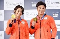寝具メーカーのイベントで、東京五輪柔道の金メダルを披露する阿部詩(左)と阿部一二三=8日、東京都新宿区