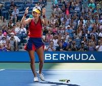 女子シングルス準々決勝でベリンダ・ベンチッチに勝ち、喜ぶエマ・ラドゥカヌ=ニューヨーク(AP=共同)