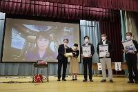 宇宙飛行士の山崎直子さん(奥)がオンラインで参加し、宮城県多賀城市立城南小で行われた古代米の帰還式=9日午後