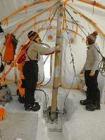 グリーンランドでアイスコアを掘り出す様子=2015年(グリーンランド南東ドームアイスコアプロジェクト提供)