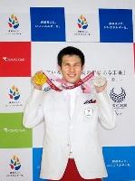 東京都内で行われた所属先の報告会に出席し、記念撮影する東京パラリンピック競泳男子の木村敬一=10日午後