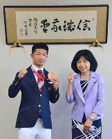 母校の駒大を表敬訪問した田中亮明。右は各務洋子学長=東京都世田谷区(同大提供)