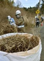 福島県双葉町の特定復興再生拠点区域で行われた除染作業=2017年12月