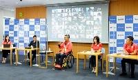 大阪市内で行われた所属先の報告会に出席した東京パラリンピック陸上男子で2冠を達成した佐藤友祈(中央)=11日(モリサワ提供)