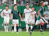 東京V―松本山雅 後半37分、東京Vのンドカ(右手前)に追加点を奪われ、悔しげな表情を浮かべる松本山雅の選手たち