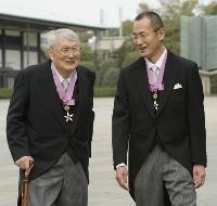2012年11月、文化勲章の親授式を終え、笑顔を見せる山田康之氏(左)と山中伸弥京都大教授=宮殿・東庭