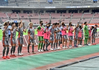 WEリーグ開幕戦で快勝し、笑顔でサポーターに挨拶するAC長野の選手たち=12日午後6時58分、新潟市のデンカビッグスワンスタジアム