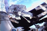 国際宇宙ステーションで船外活動する星出彰彦飛行士(NASAテレビより)