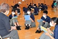 被災者(左)の体験談を聞く東北中の生徒たち=13日午後0時21分、長野市大町
