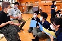 被災者(左)の体験談を聴く東北中の生徒たち