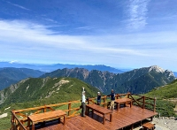 仙丈小屋に完成したテラス。甲斐駒ケ岳や八ケ岳が展望できる=13日