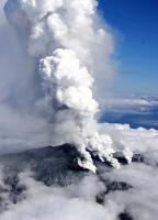 噴煙を上げる御嶽山=2014年9月27日