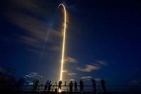 米フロリダ州のケネディ宇宙センターから打ち上げられるスペースXの宇宙船クルードラゴンを搭載したロケットの光跡=15日(AP=共同)