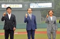 福島県営あづま球場を訪れ、内堀雅雄知事(中央)とポーズをとる、東京五輪野球日本代表の稲葉篤紀監督(左)とソフトボールの宇津木麗華監督=16日午後