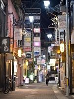 感染警戒レベルが「5」に上がった上田市。中心部の繁華街、袋町は人がまばらだった=16日午後8時3分