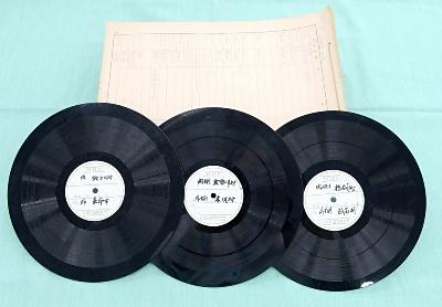 県内各地の方言を録音したレコード盤と調査記録。「信毎ペンの庫」に保管されていた