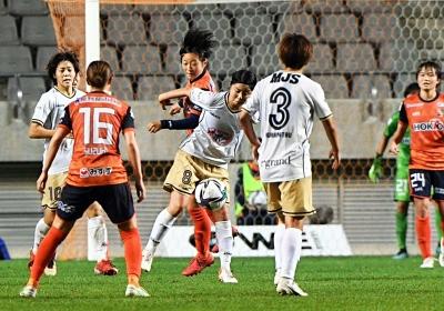AC長野-日テレ東京V 自陣で激しく競り合うAC長野の滝沢莉(左から3人目)