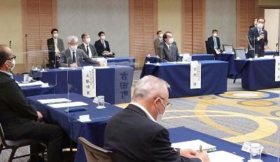 意見交換会の冒頭であいさつするJR東海の金子社長(右)=18日、静岡市