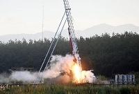 神奈川大の学生らによって打ち上げられた小型のハイブリッドロケット=19日午前6時9分、秋田県能代市