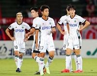 金沢―松本山雅 榎本(右)の同点ゴールで引き分けに持ち込んだ松本山雅の選手たち