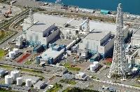 新潟県の東京電力柏崎刈羽原発7号機(左)。右は6号機=2017年
