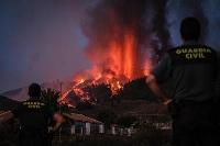 スペイン領カナリア諸島のラパルマ島で噴火した火山=19日(ゲッティ=共同)