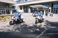 秋の交通安全運動に合わせた出発式で県庁前から出動する白バイ隊員ら