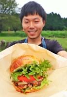 地元産のレタスやトマトを使った「千人塚バーガー」