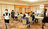 県が初めて夜間接種を実施したホテルの会場=21日午後6時34分、長野市