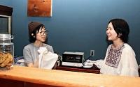 店を構えた唐戸さん(右)と横山さん