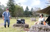 スワキャンプサイトで利用者と話す五味さん(左)