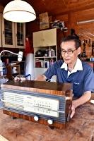 自宅の工房で真空管ラジオを修理する勝野さん