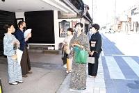 着物姿で旧北国街道沿いの雰囲気を楽しむ、信州小諸城下町フェスタの来場者ら