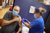 24日、米イリノイ州の病院で、新型コロナワクチンの3回目接種を受ける退役軍人(ゲッティ=共同)