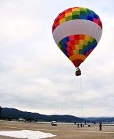 諏訪湖ヨットハーバーから浮かび上がる熱気球