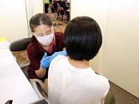 ワクチン接種を受ける高校3年生(手前)