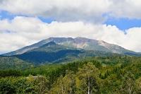 噴火災害から間もなく7年を迎える御嶽山=25日午前9時57分、王滝村
