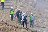 慰霊登山のため噴火後初めて八丁ダルミに立ち入った遺族たち=26日午前11時38分、御嶽山
