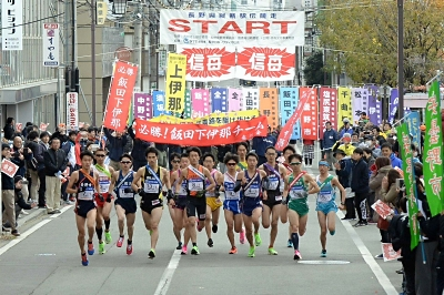 2019年の第68回大会で長野市の信濃毎日新聞社前から一斉にスタートする第1区の選手たち