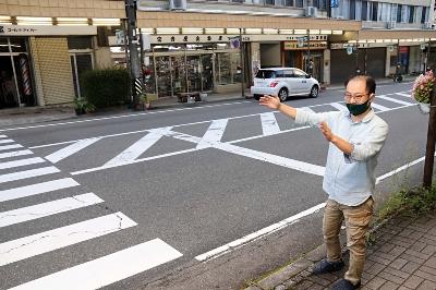 JR駒ケ根駅前の中継点付近に立つ丸山さん。開催時はファンが沿道に詰め掛ける=27日、駒ケ根市