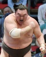大相撲名古屋場所千秋楽で照ノ富士を下して45度目の優勝を決め、雄たけびを上げる白鵬=7月、名古屋市のドルフィンズアリーナ